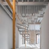 Escalera en edificio moderno